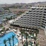 Вид на бассейн отеля и аропорт
