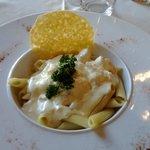 Une très bonne sauce au fromage, gourmande, et sa tuile de parmesan