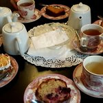 Thé mariage & cake maison fruits rouges, letchi, tarte rhubarbe meringuée
