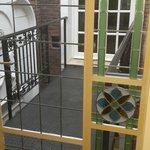 Vista balcón interno que conecta a la casona