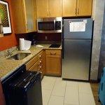 Küchenbereich mit Herd und Kühl-/Gefrierschrank
