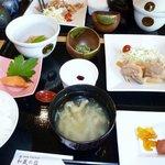 和食膳の朝食 このほかに飲み物とパンのセルフコーナーがありました。