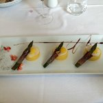 Polentine, crema al parmigiano, uova di quaglia con asparagi e speck