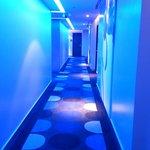 なぜか廊下の照明が真っ青