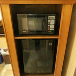 洗面台エリアにある電子レンジとミニ冷蔵庫。床は床暖房。