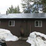 Frontier Cabinの建物。左に向かい合わせに別の客室がある。