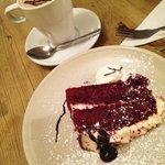 Hot chocolate y red velvet cake