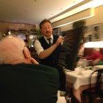 Massimo zelebriert den Vortrag der Speisekarte, gehört immer zum Ambiente, herrlich.