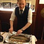 Massimo zerlegt den in Salz eingelegten und im Ofen gebratenen Fisch