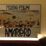 Im ganzen Restaurant hängen Bilder mit Bezug auf den italienischen Filmemacher Federico Fellini