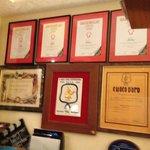 Sehr viele Auszeichnungen des Restaurants hängen im Barbereich an der Wand