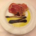 Als Gruß aus der Küche ein Bruschetta mit feinem Parma-Schinken