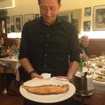 Der Partone Nunzio präsentiert die frisch gebratene Seezunge vor dem Filetieren