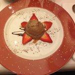 Mousse au chocolat mit frischen Erdbeeren, eine kleine süße Versuchung