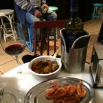 The prawns and the skewered pork with the Montecillo Reserva