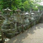 Escaleras llenas de lámparas de acceso al templo