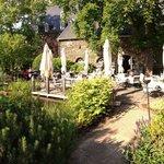 "Blick in den wundervollen Garten hinter dem Restaurant ""Remise"""