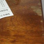 bord petite table dans la chambre