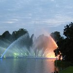 Шоу танцующих фонтанов в парке