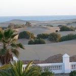 vue sur les dunes à l'arrière de l'hôtel
