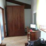 armadio e scrivania con TV