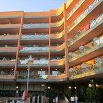 Вид на отель из бассейна