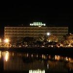 Отель ночью..