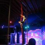 Show de circo en el teatro a la noche
