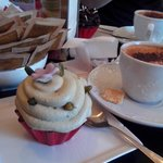 merenda con cappuccio e cupcakes