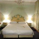 la chambre avec un grand lit doté d'une bonne literie et de grand placards de rangement