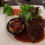 Plat principal !! Bœuf avec gratin et salade. Vraiment succulent !