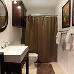 Sir Spencer Bathroom with Luxury Towels