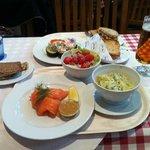Salmón marinado. El precio incluye la ensalada, el pan y las patatas gratinadas