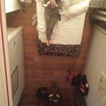 Dallo specchio sopra il letto