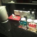 มีน้ำเปล่า กาต้มน้ำ และกาแฟ และเครื่องเป่าผม(ในลิ้นชัก)