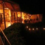 Vista nocturna del lobby / estar / salón comedor