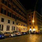 Calle del Hotel de noche