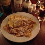 Das war ein sehr leckerer Nachtisch: Crepes mit Äpfeln und Vanilleeis