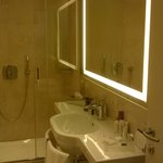 Badkamer met grote douche