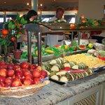 uginajace stoły owoce