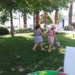 Milpointin bakımlı bahçesinde kızlarım özgürce oyun oynadılar ve vakit geçirdiler