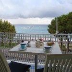 Colazione in camera sul terrazzo vista mare