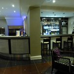 Lobby mit Bar und Empfangstresen