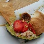салат авокадо с крабом, инжиром и клубникой