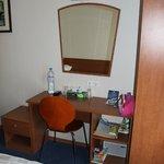 Столик и зеркало в номере