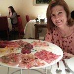 La Sra. toda contenta...y no le gustaba el pescado crudo..!!!