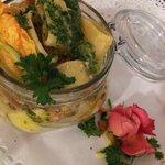 Calamarata con conocchie, zucchine, pomodoro e petali floreali
