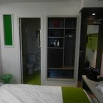 Camera 54- visuale bagno ed ingresso