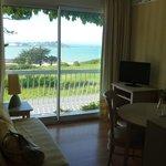 Le sympathique salon avec vue sur la baie et Locquirec