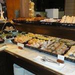 Brot und Kuchen beim Fruehstueck